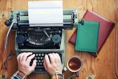 Рука машинки ретро на деревянном столе Стоковое Изображение