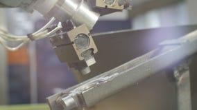 Рука машины робота принимает часть метра от крупного плана транспортера акции видеоматериалы