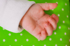 Рука маленького младенца спать на валике Стоковая Фотография RF