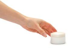 Рука маленькой девочки держа cream бутылку Стоковое Изображение RF