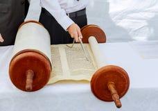 Рука мальчика читая еврейское Torah на бар-мицва Стоковое Изображение RF