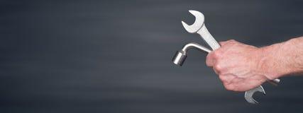 Рука механика держа wrenchs Стоковые Фото