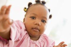 рука младенца внутри помещения вне достигая Стоковые Изображения RF