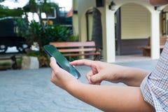 Рука мобильного телефона пользы женщины беспроволочного или Smartphone соединяются к Стоковое Изображение RF