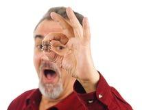 рука монеток держит рот человека открытым Стоковое фото RF