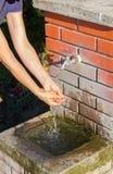Рука моя на общественном фонтане Стоковое фото RF