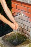 Рука моя на общественном фонтане Стоковая Фотография RF