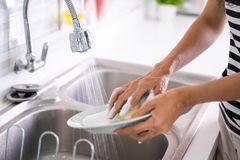 Рука моя плиту на раковине стоковое изображение