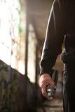 Рука молодого человека готовая для того чтобы сделать граффити Стоковая Фотография RF