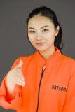 Рука молодой азиатской женщины предлагая для рукопожатия в пленниках равномерных Стоковое Фото