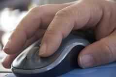Рука мужчины конца-вверх мыши компьютера стоковые фото