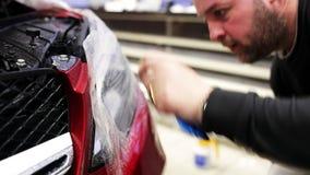 Рука мужчины с обручальным кольцом кладет фильм на света и начала автомобиля распыляя ее сток-видео