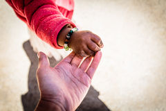 рука младенца с матерью стоковые фотографии rf