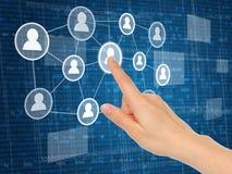 Рука нажимая виртуальный социальный значок средств массовой информации Стоковые Фотографии RF