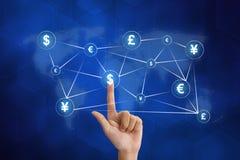 Рука нажимая глобальную сеть валюты Стоковое Изображение