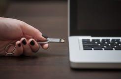 Рука нажимая ручку USB стоковое фото rf
