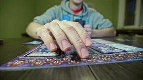 Рука настольной игры двигает диаграмму акции видеоматериалы