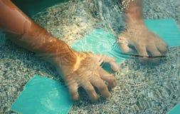 Рука на бассейне Стоковые Фото