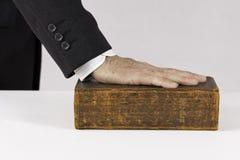 Рука на библии стоковое изображение rf