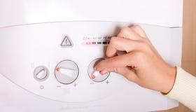 Рука на боилере газа стоковое фото