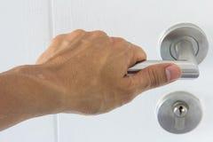 Рука на двери ручки деревянной стоковая фотография rf