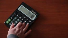 Рука на калькуляторе делает вычисление сток-видео