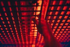 Рука на красном свете решетки стоковое фото
