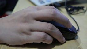 Рука на курсоре и движения щелчка мыши компьютера видеоматериал