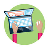 Рука на клавиатуре компьтер-книжки с монитором экрана Стоковые Изображения RF