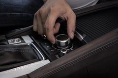 Рука на мультимедиа контролирует кнопки современного автомобиля стоковые фотографии rf