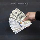 Рука на наличных деньгах Финансы развращение Противозаконные сделки стоковые изображения