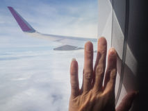 Рука на окне самолета Стоковые Изображения