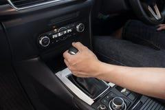 Рука на перенося шестерне на автомобиле, человеке управляя автомобилем стоковая фотография rf