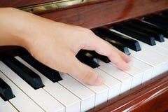Рука на рояле Стоковые Изображения