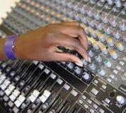 Рука на смешивая столе Стоковые Изображения RF