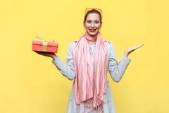 Рука на сторонах и держать коробку рождества камера смотря женщину Стоковые Изображения RF