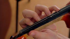 Рука на строках скрипки сток-видео