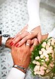 Рука невесты и groom - внутри - рука совместно Стоковые Фотографии RF