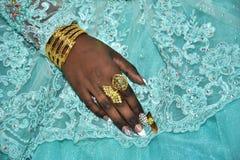 Рука невесты с кольцами золота на свете - голубым платьем Hina, Израилем 2016 Стоковая Фотография RF