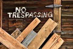 Рука не покрасила никакой Trespassing знак Стоковое Изображение RF