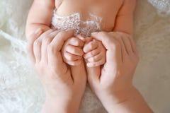 Рука новорожденных ребеят в руке матери ребенок ее мама Стоковые Фотографии RF