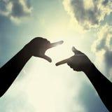Рука обрамляя в небе Стоковое Изображение