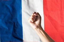 Рука обхватила кулак и национальный флаг Франции Стоковая Фотография RF