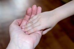 Рука об руку с нежностью стоковая фотография rf