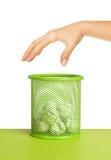 Рука около мусорной корзины вполне макулатуры Стоковая Фотография RF