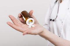 Рука доктора женщины с пилюльками Стоковое Изображение RF