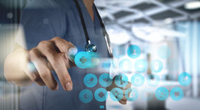 Рука доктора медицины работая с современной цифровой таблеткой с com Стоковые Фотографии RF