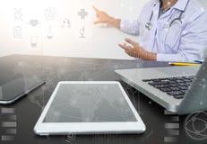 Рука доктора медицины работая с современной цифровой таблеткой Стоковое Изображение RF