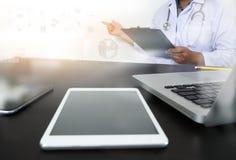 Рука доктора медицины работая с современной цифровой таблеткой Стоковая Фотография RF