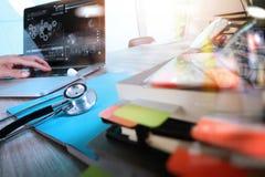 Рука доктора медицины работая с современными цифровыми таблеткой и lapt Стоковая Фотография RF